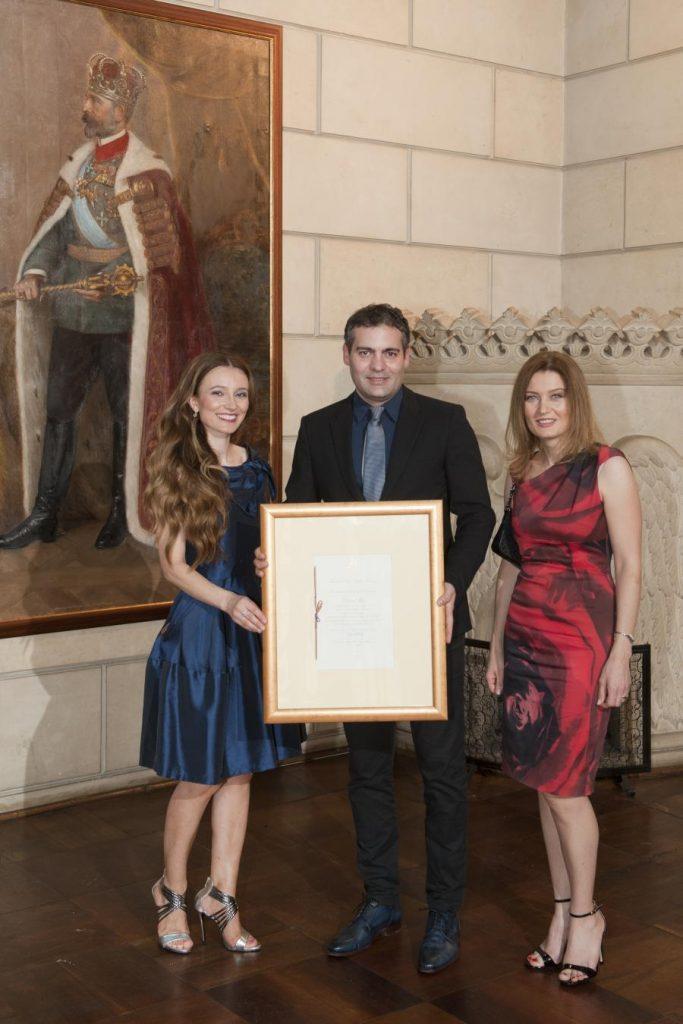 Mariana Velisarato, Dragos Popescu si Daniela Popescu - Diploma Furnizor al Casei Regale a Romaniei